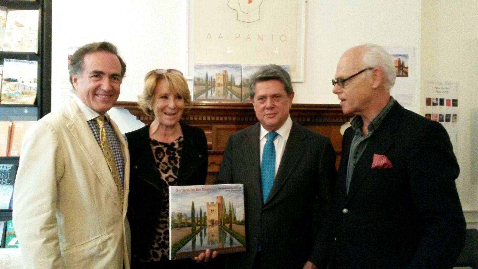 De izquierda a derecha: Javier Mariátegui, Esperanza Aguirre, el Embajador de España en Reino Unido, Federico Trillo y el decorador Juan Luis Libano en el acto de presentación del libro.