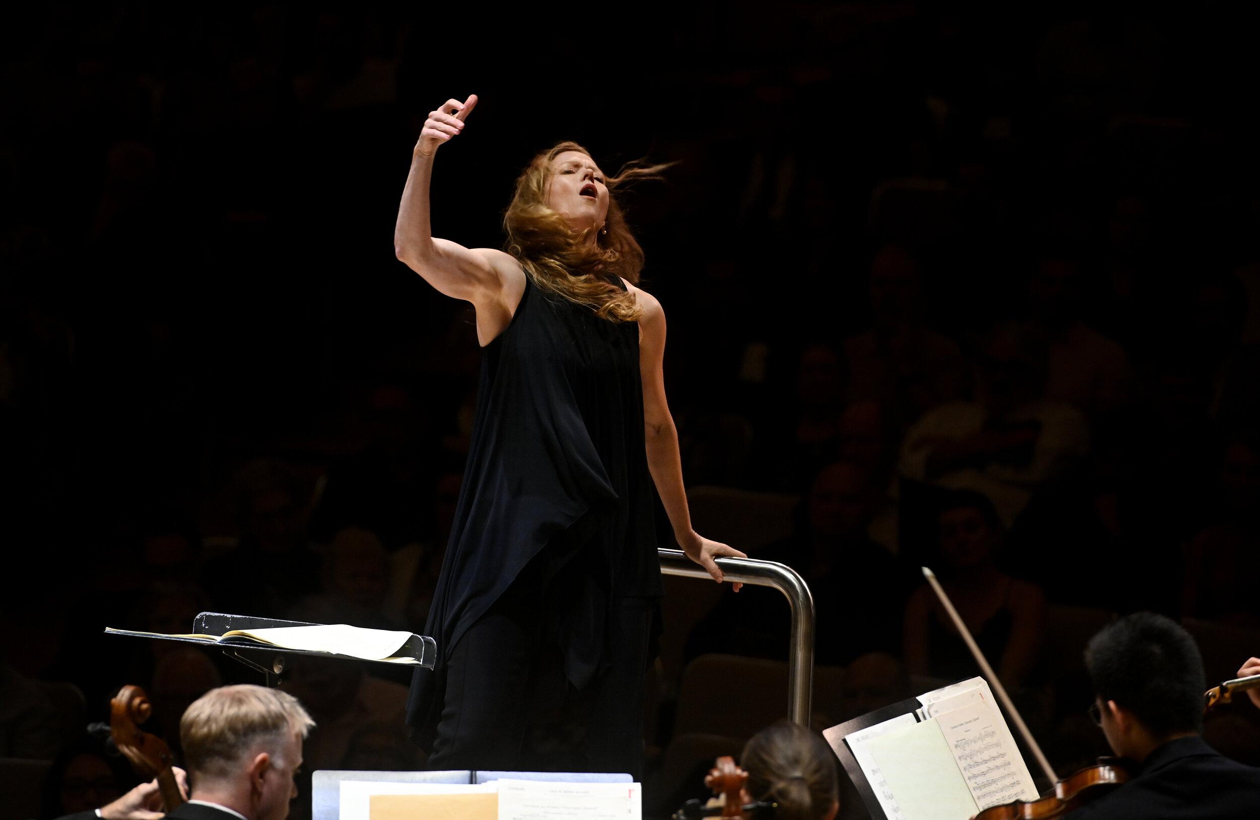 Barbara Hannigan and the Toronto Symphony Orchestra. Photo by Jag Gundu