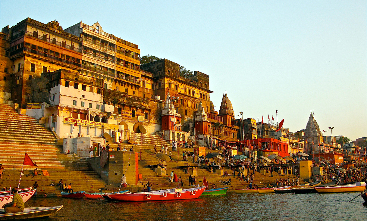 Ahilya_Ghat_by_the_Ganges,_Varanasi-wiki.jpg