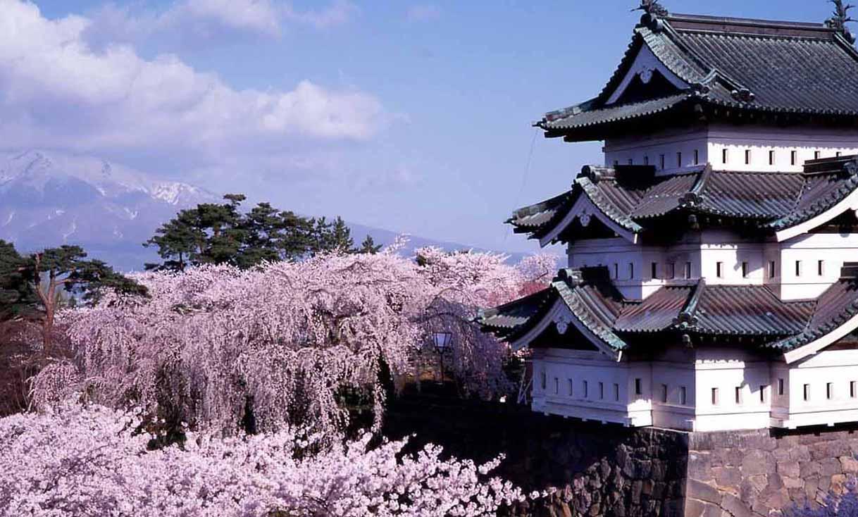 hirosaki caslte in aomori cropped.jpg