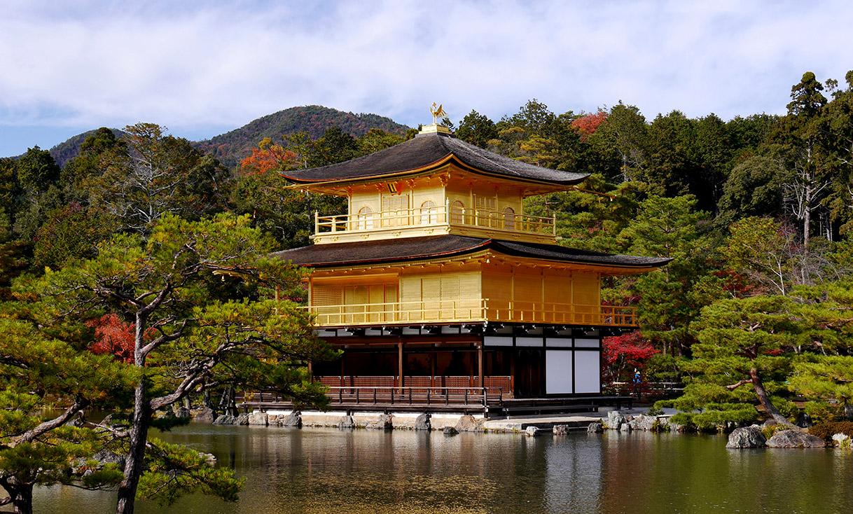 Kinkaku-ji_the_Golden_Temple_in_Kyoto_overlooking_the_lake_-_high_rez.JPG
