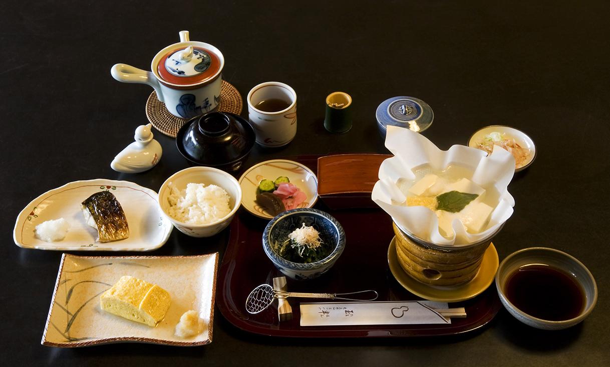 Breakfast_at_Tamahan_Ryokan,_Kyoto.jpg
