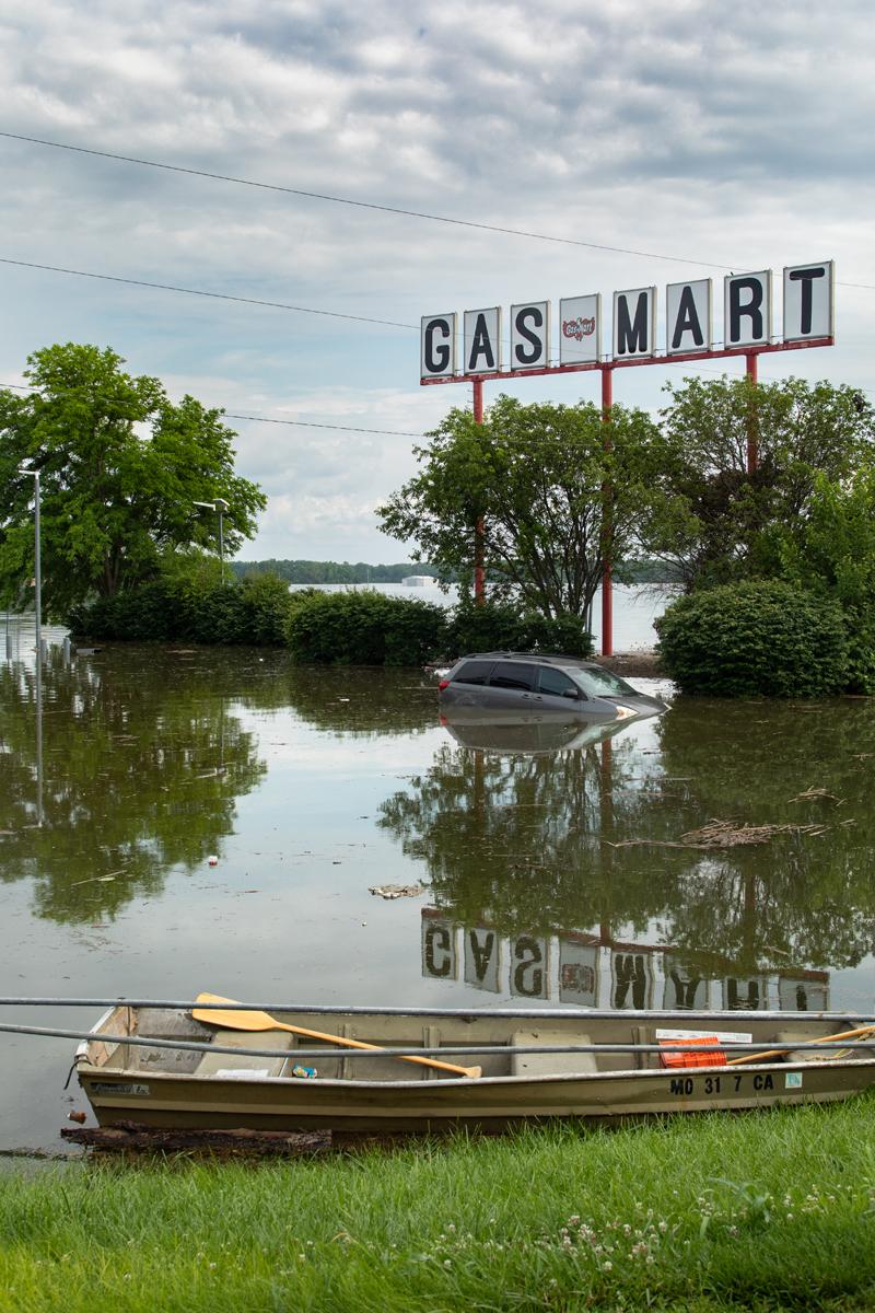 41_JennaCarliePhotography_June 5, 2019_West Alton Flood_Mobile Gasmart with Boat and Sunken Car.jpg