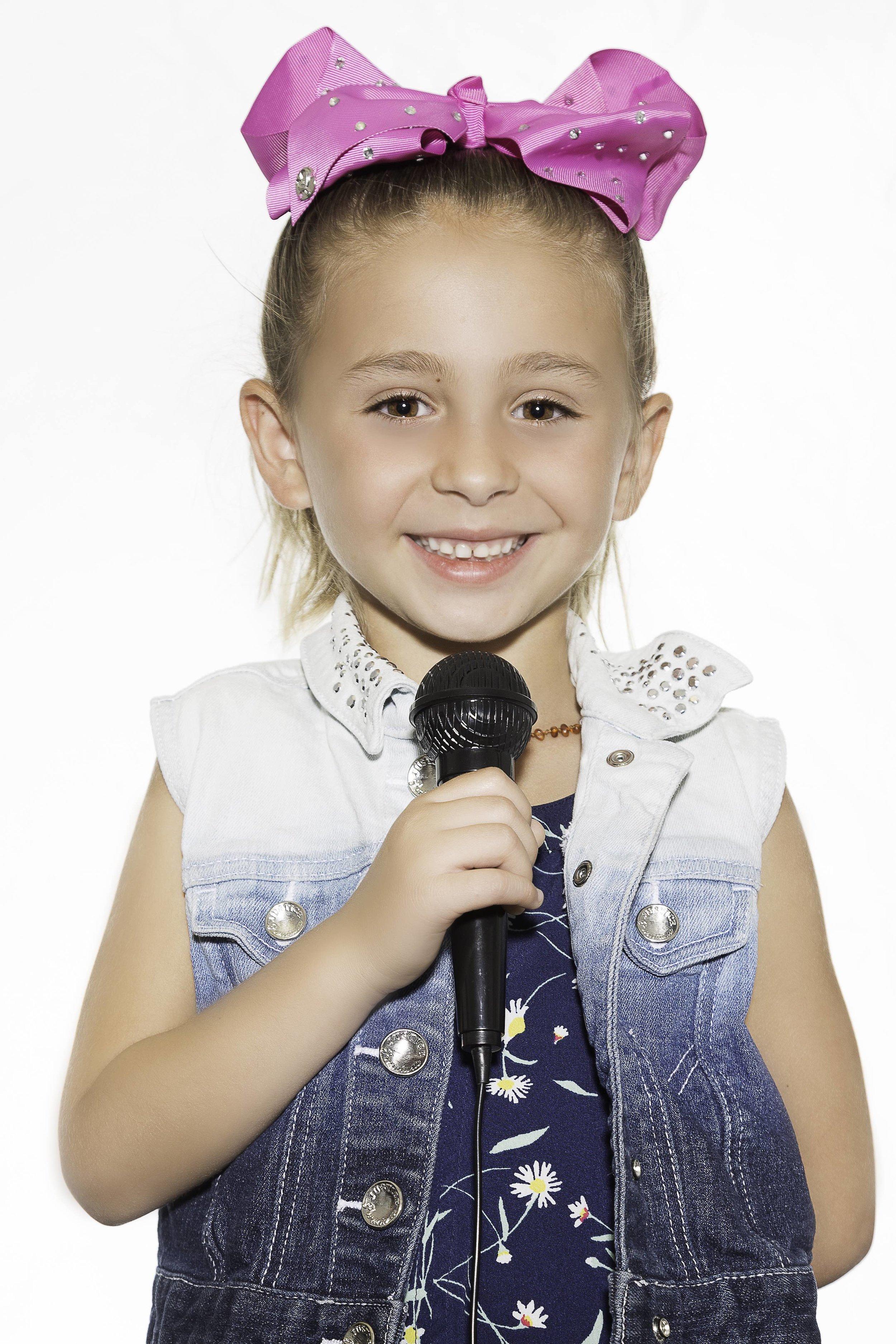 Emmi loves singing Taylor Swift songs!