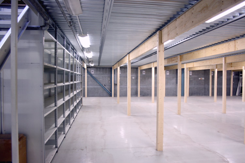 Varastotila 100 m² - Espoon Kauklahdessa vapautuu 1.4.2019 noin 100 m²:n kokoinen varastotila, johon pääsee kulkemaan nosto-oven kautta. Tila on osa varastotilaa 201 m², josta vuokrattiin juuri noin puolet.