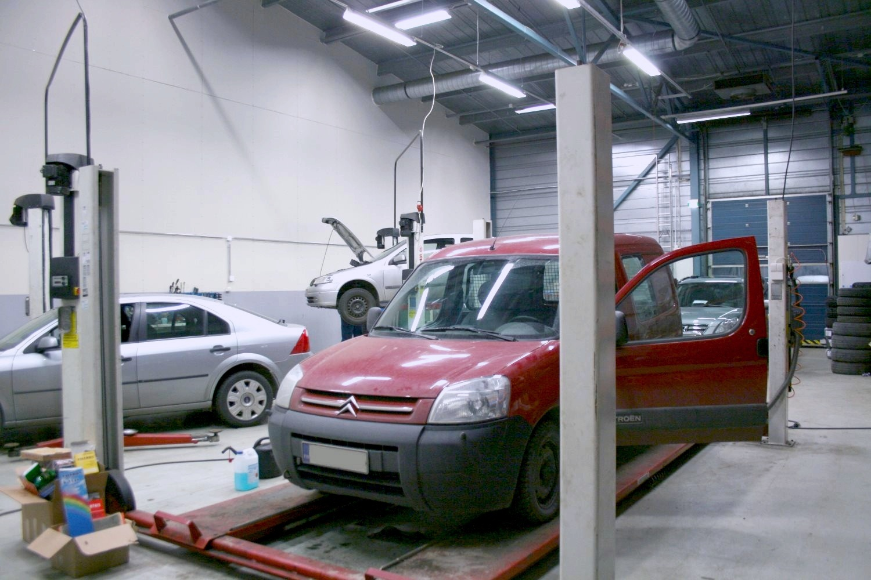 Korkea tuotanto- tai varastotila 240 m² vapautuu Espoon Kauklahdessa - Sierakiventie 8-10:ssä Espoon Kauklahdessa vapautuu sopimuksen mukaisella aikataululla vankka tuotanto- tai varastotila 240 m², johon pääsee ajamaan pakettiautolla sisään. Samalla voi vuokrata keittiö- ja sosiaalitilaa 75 m², heti vierestä katoksen alta varastotilaa 130 m² sekä noin 400 m² piha-aluetta.Lisää tietoja Björn Lindgreniltä p. 041 581 8560.