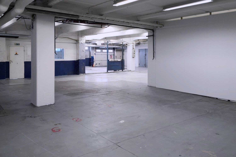 Tuotanto- tai varastotila 505 m² vuokrattiin Suutarilasta - Helsingin Suutarilasta (Valokaari 10) vuokrattiin juuri tuotanto- tai varastotila 505 m², mutta vapaana on vielä muutama vankka varastotila, esim.:- Varastotila 977 m² - Korkea halli 450 m²- Tuotanto- tai varastotila 366 m²Tiloista lisätietoja Tatu Hyväriseltä p. 040 145 7845.