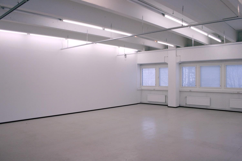 Selkeä tila 98 m² toimistoksi tai varastoksi Kiviruukista - Espoon Kiviruukissa (Ruukinkuja 4) vapautuu 1.10.2019 selkeä yhdestä suuresta huoneesta koostuva toimitila 98 m², joka sopii hyvin toimistoksi tai varastoksi. Rakennuksessa lastauslaituri ja tavarahissi.- Toimistotila 98 m²- Varastotila 98 m²Lisätietoa Björn Lindgreniltä p. 041 581 8560.