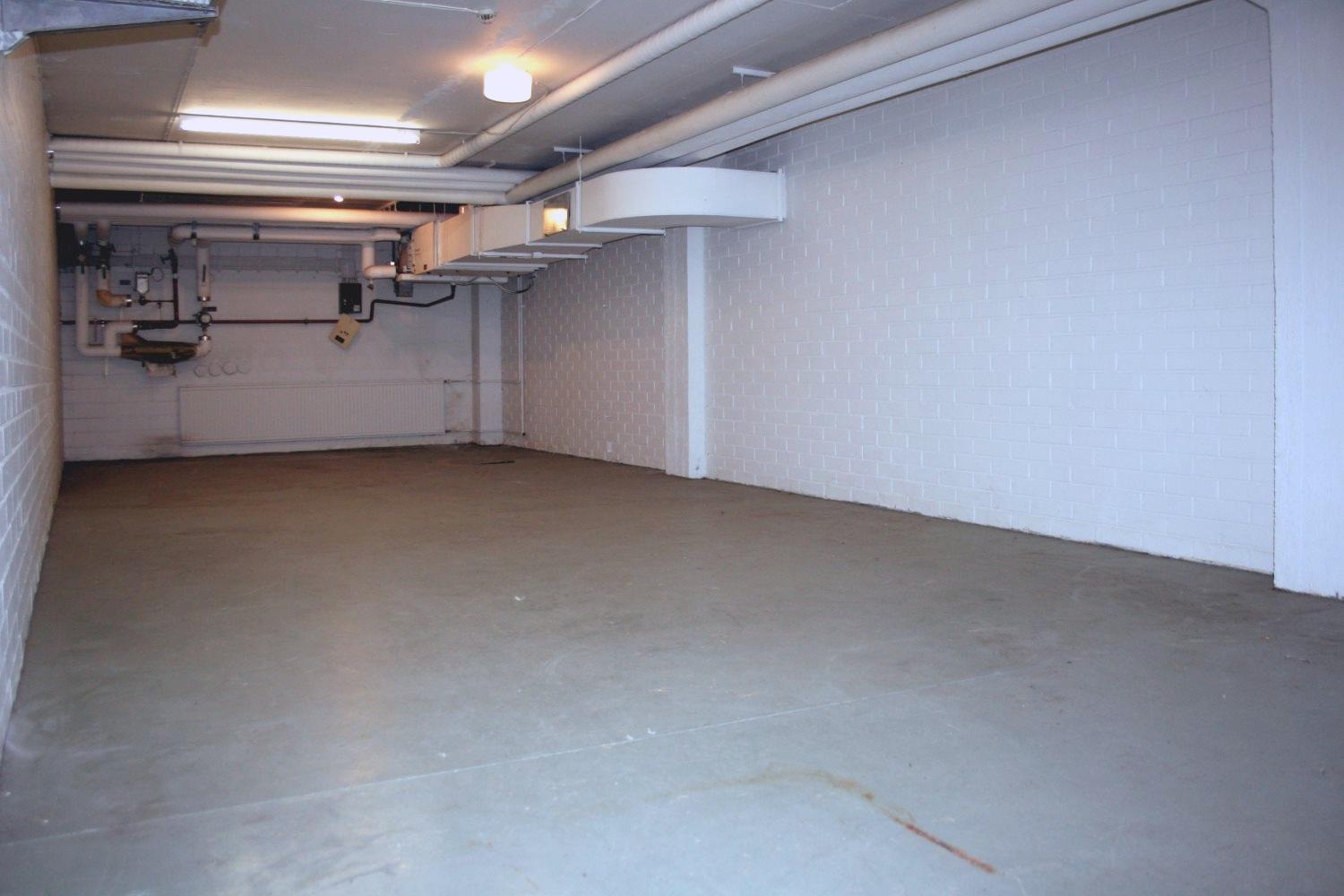 Vuokrattu varasto 62 m² Kiviruukista. Tuotanto- tai varastotilasta 353 m² uusia kuvia. - Ruukinkuja 4:stä Espoon Kiviruukista vuokrattiin juuri 62 m²:n kokoinen varasto rakennuksen alimmasta kerroksesta.Samassa rakennuksessa on juuri vapautumassa mm. tuotanto- tai varastotila 353 m², johon on kulku suoraan lastauslaiturilta. Katso uudet kuvat.