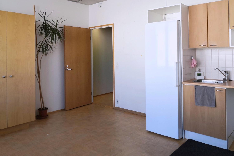 Toimitilanne Suomi, Helsinki - Suutarila, Valokaari 10. Toimistotila 227 m². Keittiö.