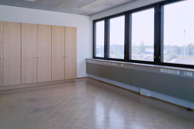 Suutarilassa vapautui juuri toimistotila 227 m² - Valokaari 10:ssä Suutarilassa vapautui juuri ylimmän kerroksen toimistotila 227 m². Toimitilaan kuuluu toimistohuoneita (mm. tilava kulmahuone), neuvotteluhuone ja oma keittiö.Ota yhteyttä: Tatu Hyvärinen p. 040 145 7845.