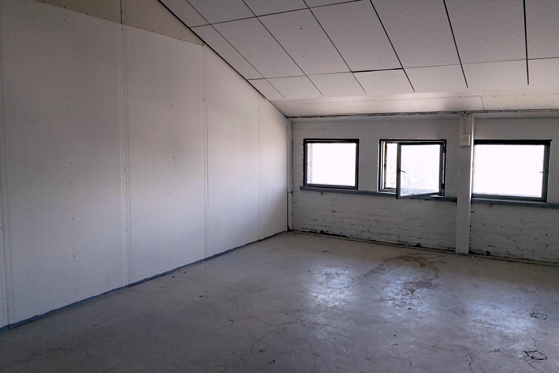 Suutarilasta vuokrattiin tuotanto- tai varastotila 63 m² - Tuotanto- tai varastotilamme 63 m² Suutarilassa (Valokaari 10) on nyt vuokrattu. Samassa kiinteistössä on kuitenkin vapaana vielä hyvä varastovalikoima 185-977 m². Näistä lisätietoja antaa Tatu Hyvärinen p. 040 145 7845.