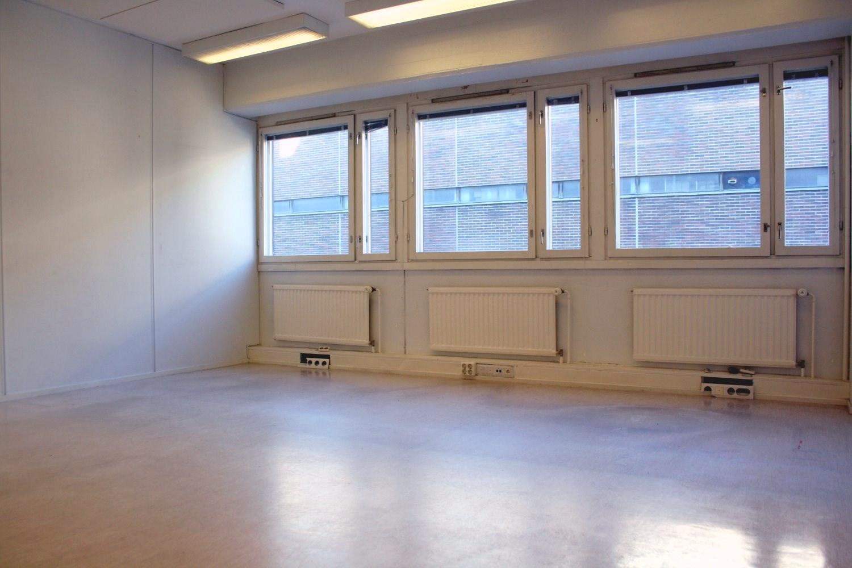 Toimistohuone 24 m² Lauttasaaressa - Helsingin Lauttasaaressa (Itälahdenkatu 23) vapautuu 1.12.2019 toimistohuone 24 m² toimistohotellissa: aula, keittiönurkkaus ja wc yhteiskäytössä. Ota yhteyttä: Björn Lindgren p. 041 581 8560.