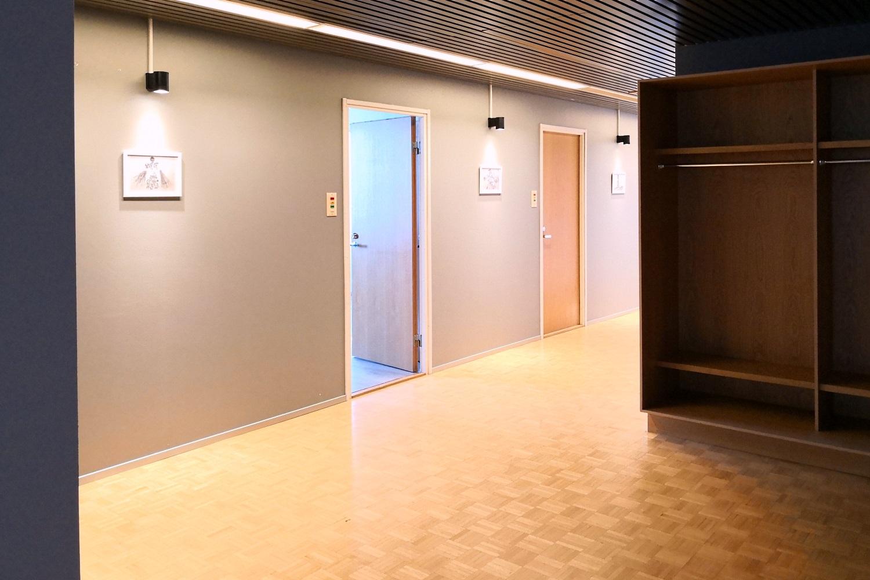 Toimistotila 108 m² vapaa 1.11.2019 alkaen Suutarilassa - Helsingin Suutarilassa (Valokaari 10) vapautuu 1.11.2019 kolmannen kerroksen toimistotila 108 m², jossa on neljä toimistohuonetta. Lisätietoja toimistosta Tatu Hyväriseltä p. 040 145 7845.