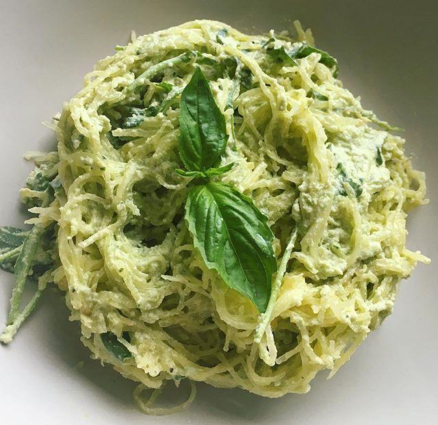 Spaghetti squash with vegan cashew pesto cream 🍴🌱🍝