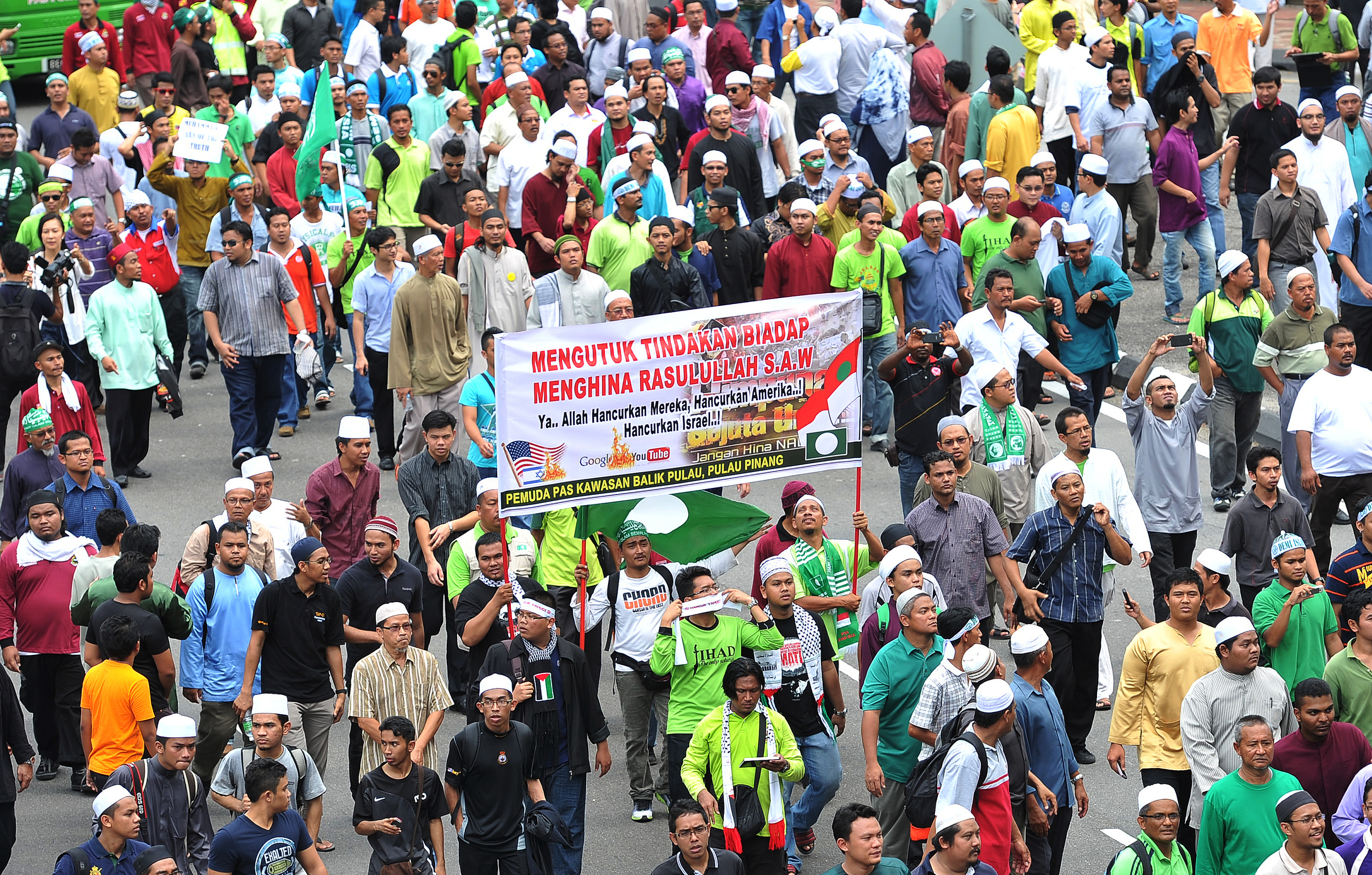 """Kuala Lumpur, 21/09/2012. Malaysian Muslim demonstrators march towards the US embassy against an anti-Islam film, """"Innocence of Muslims"""" and the publication of caricature of the Holy Prophet Muhammad..Pic FIRDAUS LATIF -Wiki Commons"""