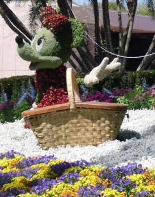 Mickey Minnie Pluto picnic and kite topiary (1).JPG