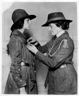 Juliette officiates a Girl Scout. Juliette Gordon-Low, originator of Girl Scouts of the USA.