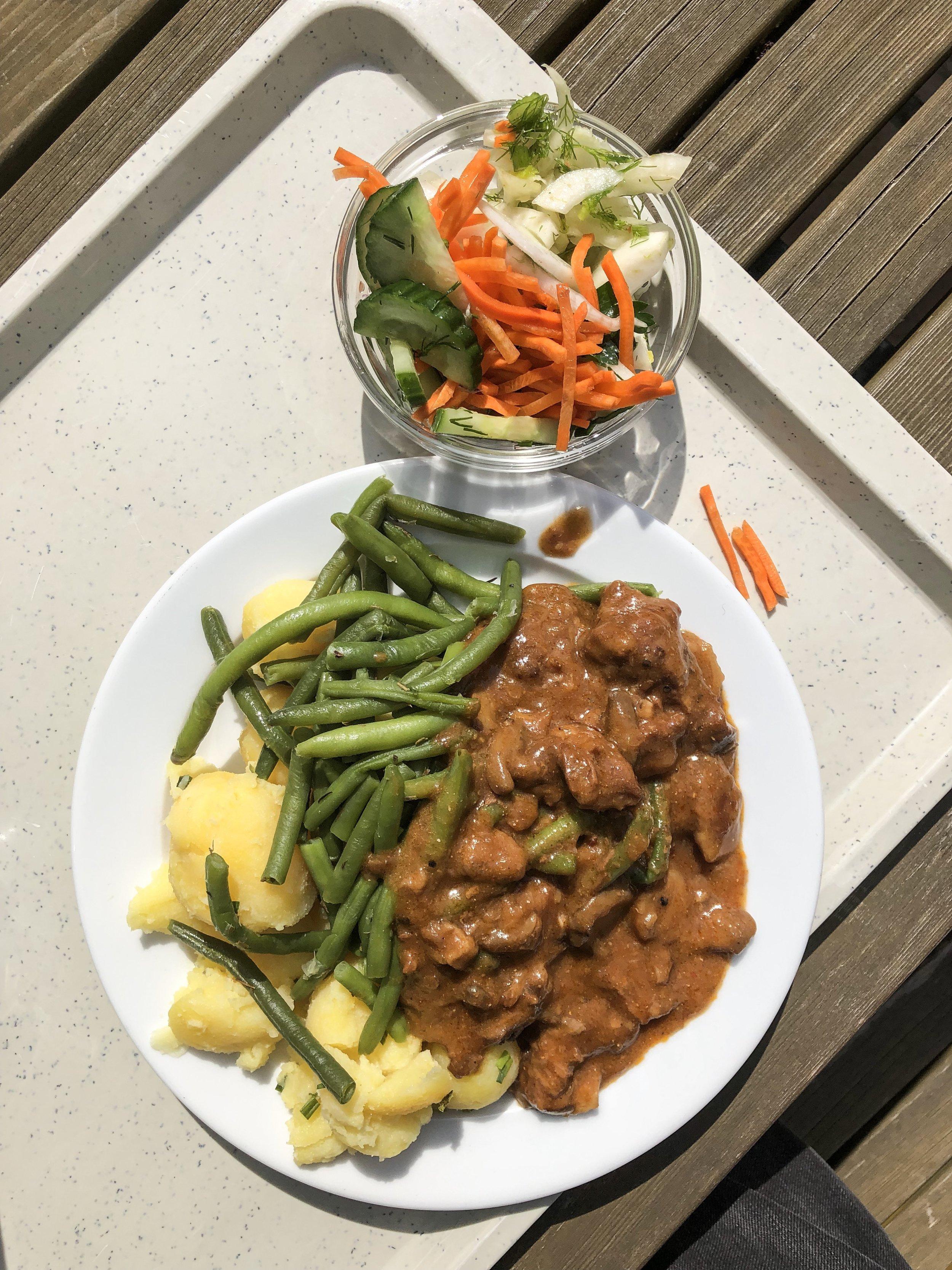 Aufgetaut, verkocht, wässrig und nicht abgeschmeckt, so sieht leider die Realität vieler Mensen aus. Immerhin der Salat wird in Weißensee noch vor Ort zubereitet und aus echten Lebensmitteln geschnitten.