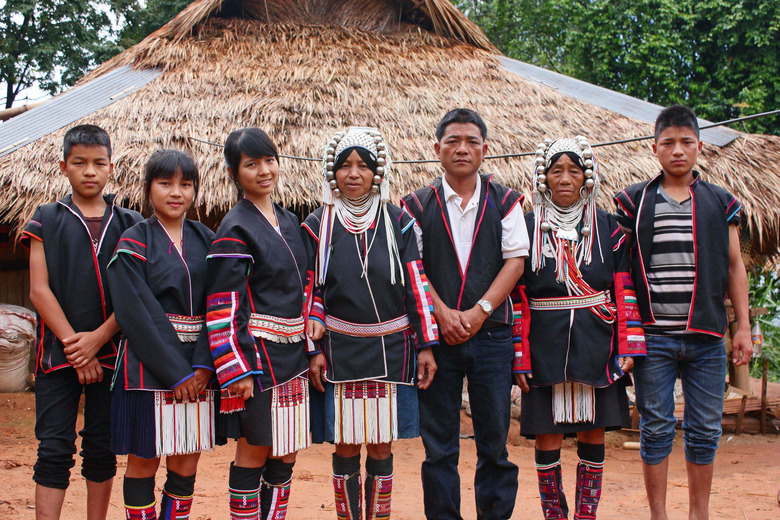 Tongchai (til venstre) 14 år gammel sammen med familien sin i landsbyen – Foto: Knut Inge Bergem