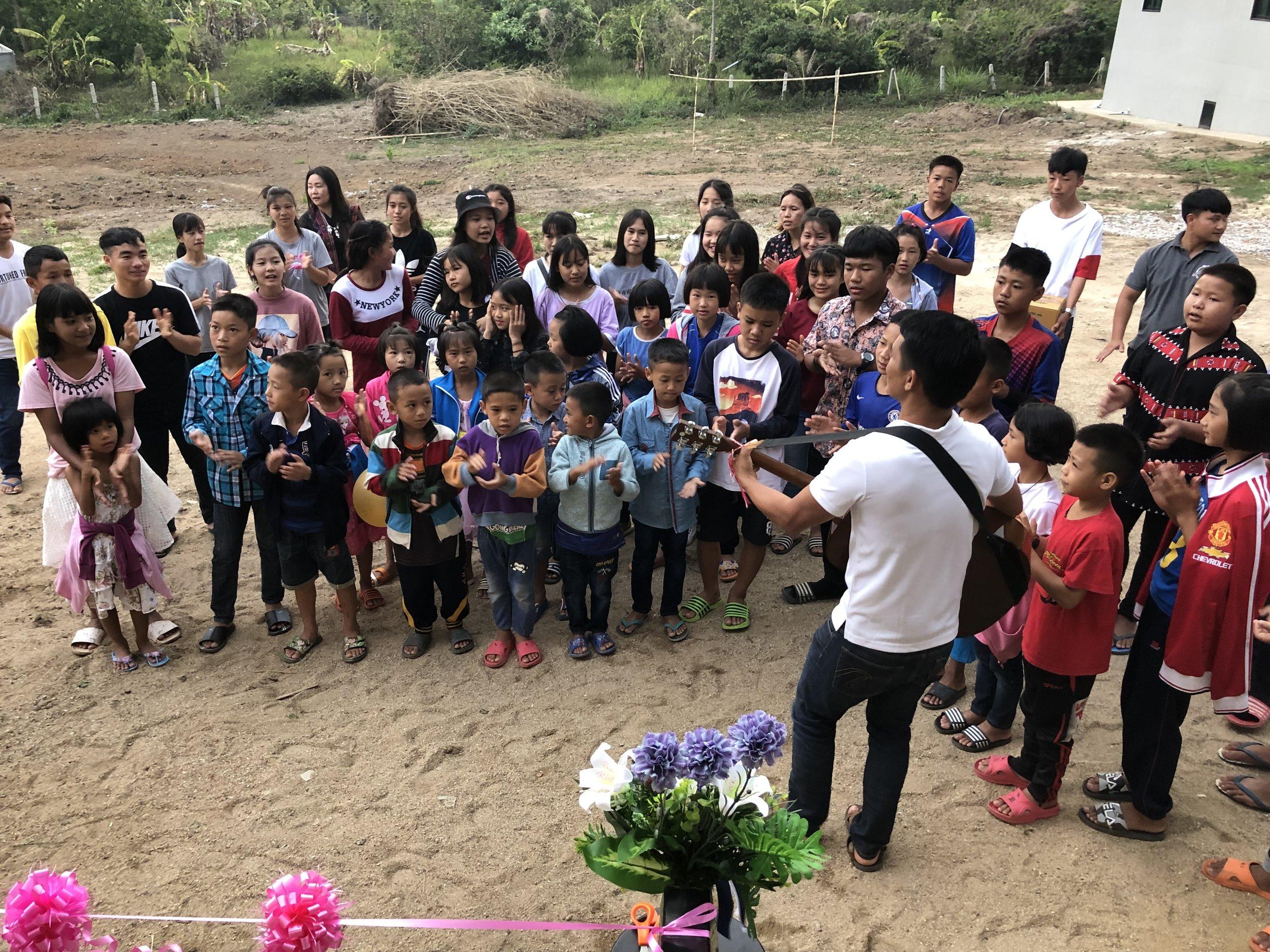 Barna fra Huadoi bidro med sang og musikk – Foto: Knut Inge Bergem