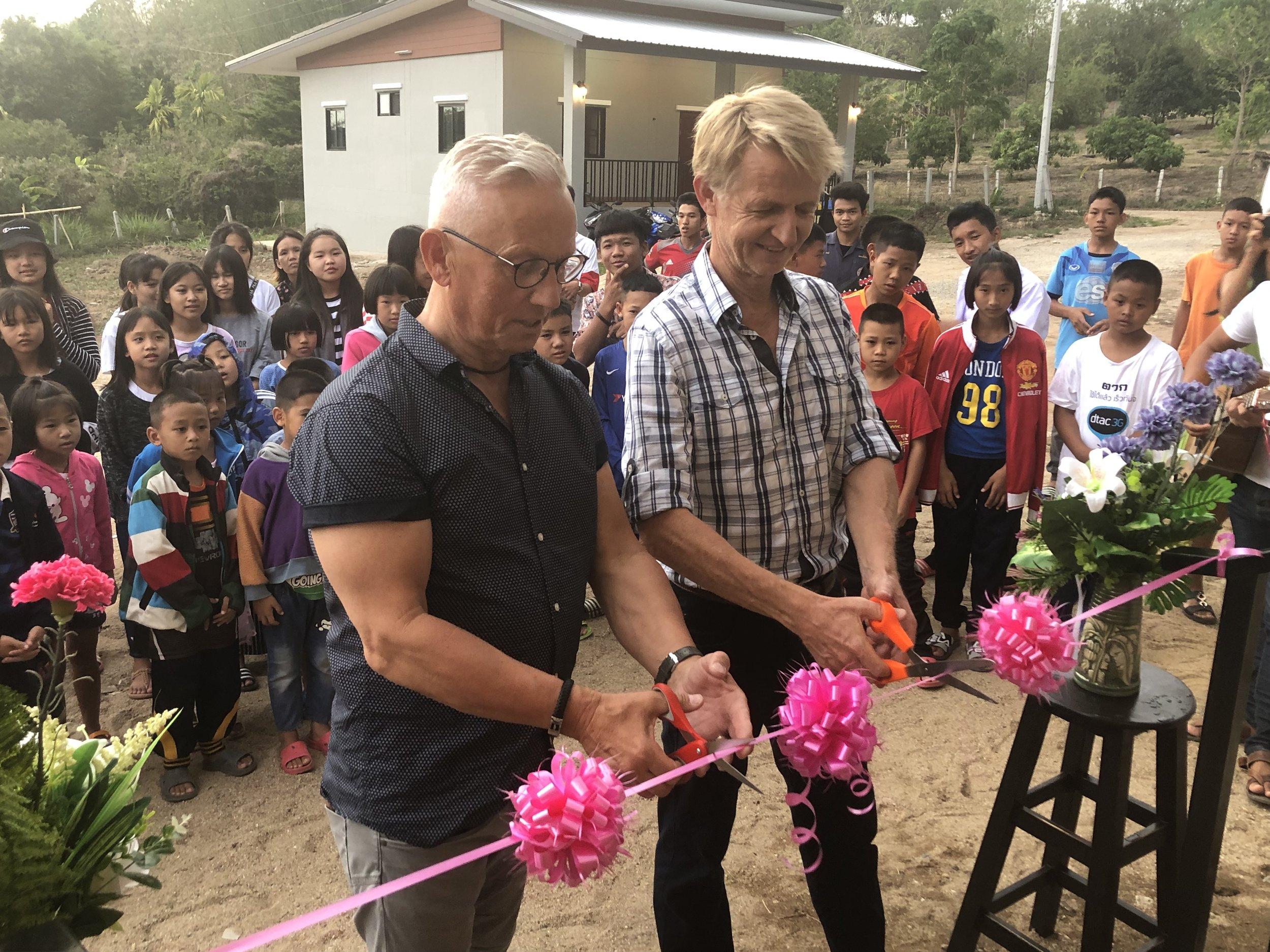 Inge og Knut Inge for æren av å klippe snoren og erklære studentsenteret for åpnet – Foto: Madeleine Ekelyck
