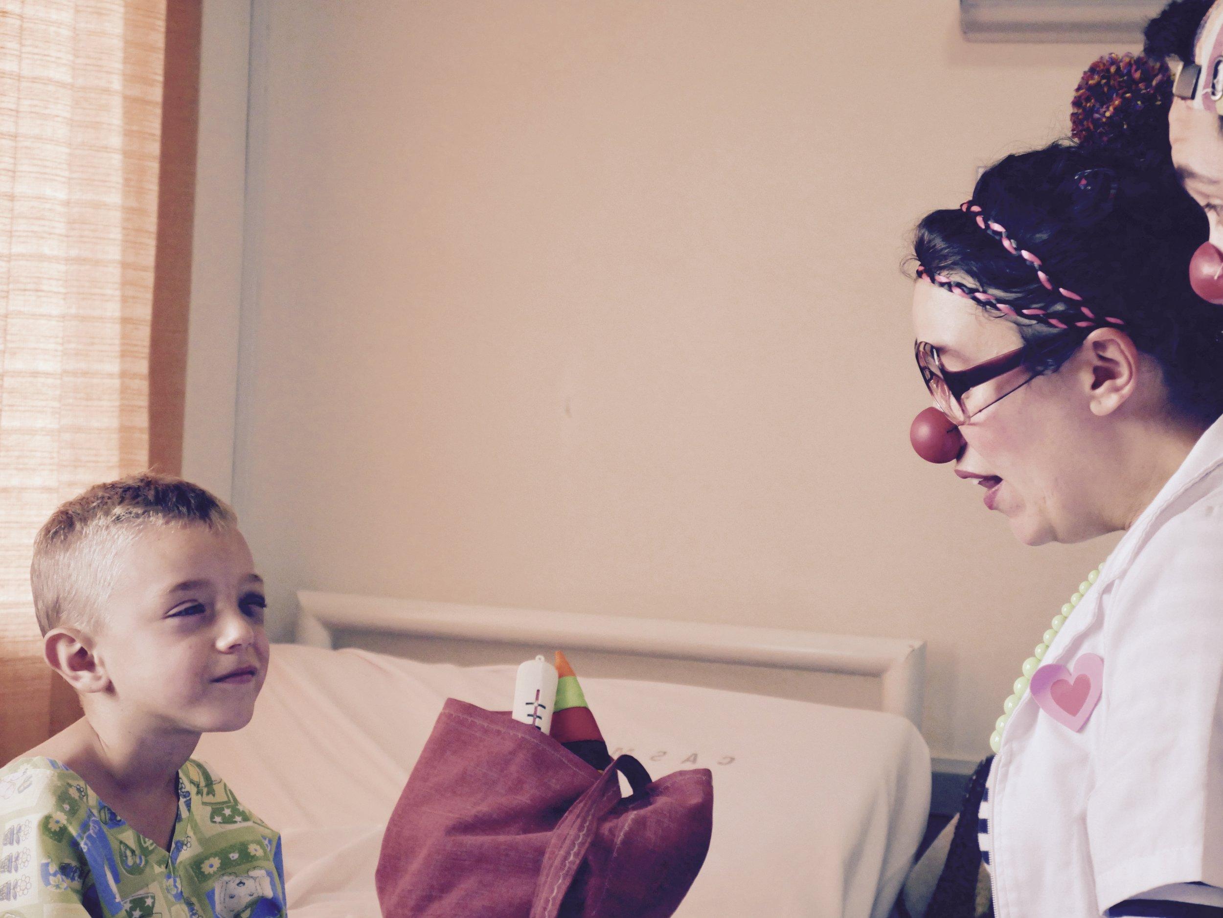 Clowns offering smiles in a hospital / Fundation SALUDARTE