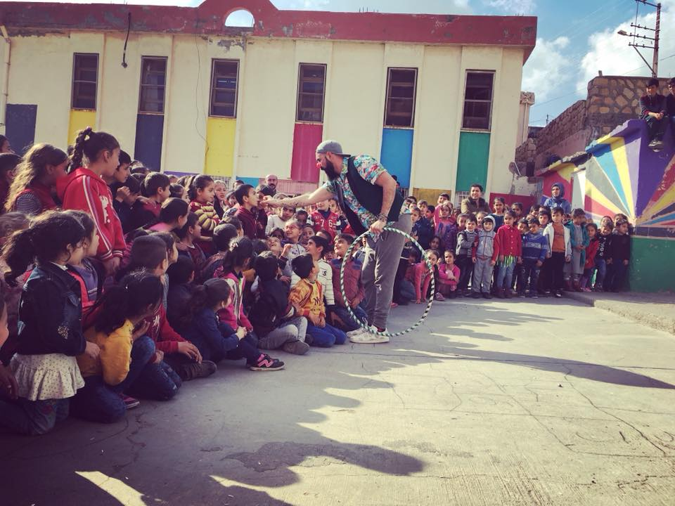 Mardin, improvised show  April 12th 2018 Social Circus never rests, neither Chengo. 1st improvised show of the Wallis troupe for school kids. Being a nomadic laughter activist is pure happiness.  Turkey  www.sirkhane.org