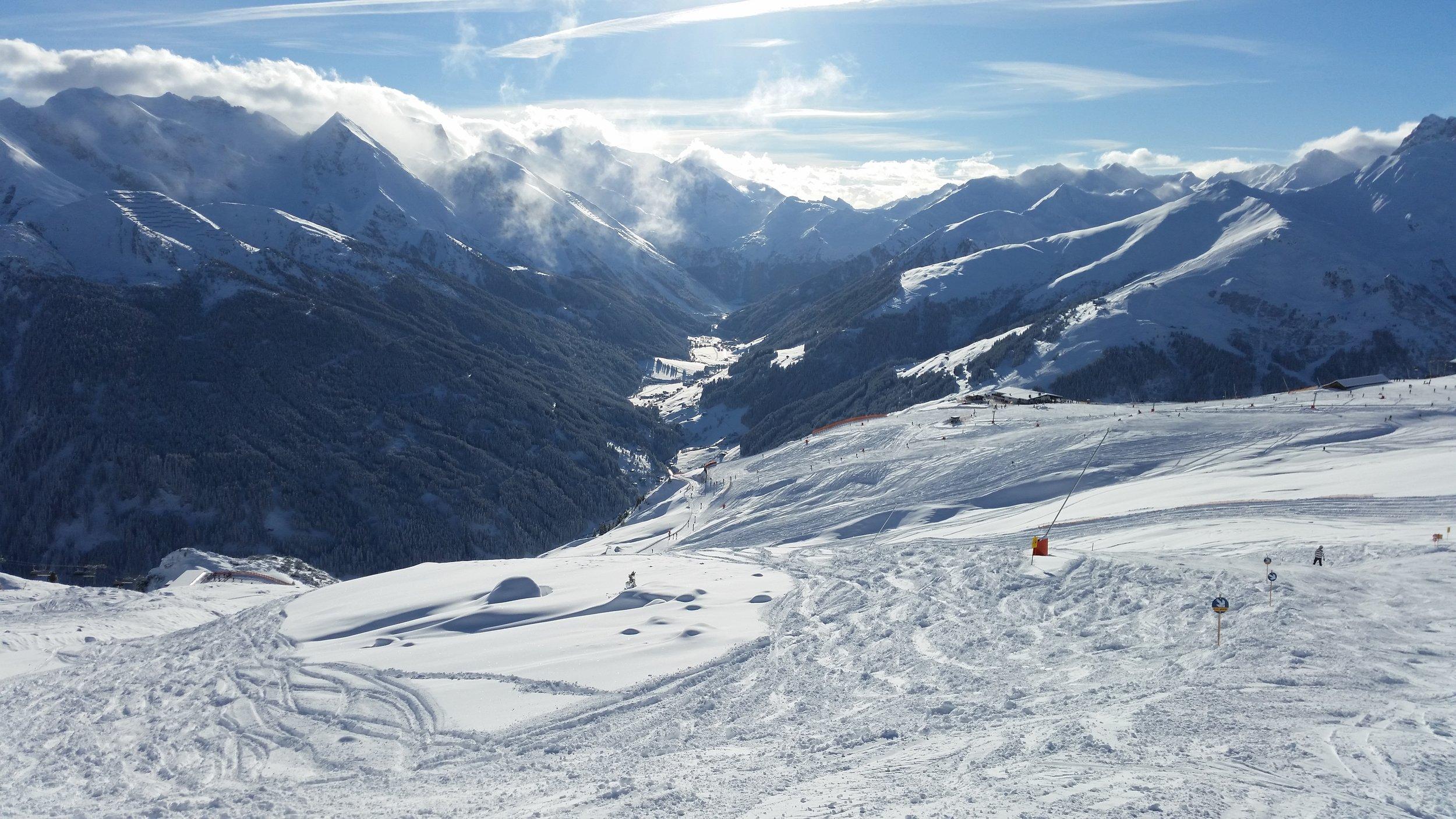Ski Zillertal 3000 mit Blick ins Tal und zum Hintertuxer Gletscher