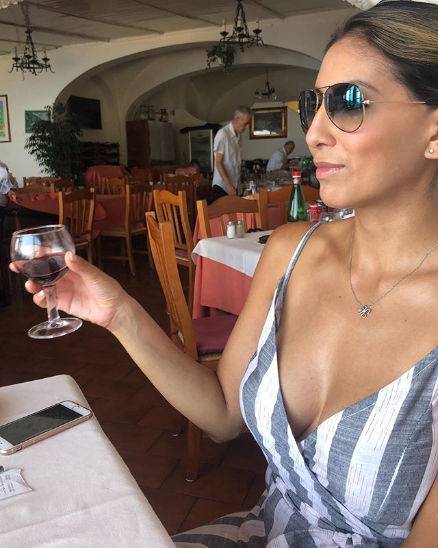 I don't drink wine 🍷 but I do hold glasses of wine for pictures in Positano ✨