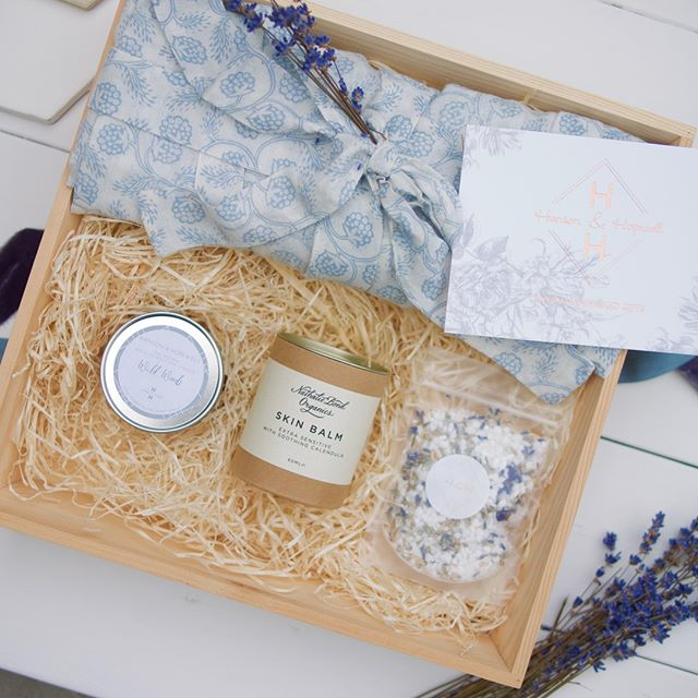 TOTAL ZEN || Gift a sense of calm with our new luxury Total Zen pamper gift box for her, full of indulgent organic skincare treats to melt those stresses away. This gorgeous pamper gift for her is the perfect way to create that at home spa experience. We've handpicked the perfect organic beauty products including a luxurious cotton kimono in a handprinted blue raspberry design, a choice of seasonally scented soy candles, a bottle of lavender infused natural bath salts, and a sumptuous organic skin balm. Take a look in our shop - link in bio . . . . #pamper #pamperday #spaday #homespa #bridalbeauty #handmade #naturalbeauty #organicbeauty #luxurybeauty #hansonandhopewell #makersmovement #cylcollective #supportsmall #shopsmall #shoplocal #handmade #homemade #independents #luxurygifting #engagementgift #bridetobe #bridetobegift #pampergift #giftideas #giftforher #handpickedgift #handpicked