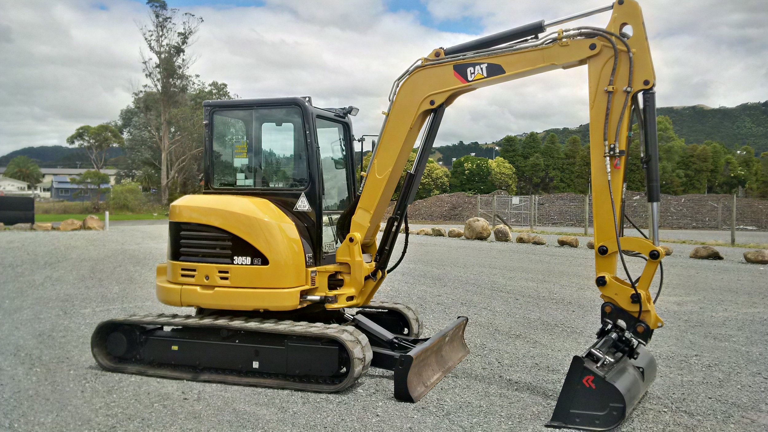 CAT 305DCR  fitted with hydraulic hitch & tilt bucket