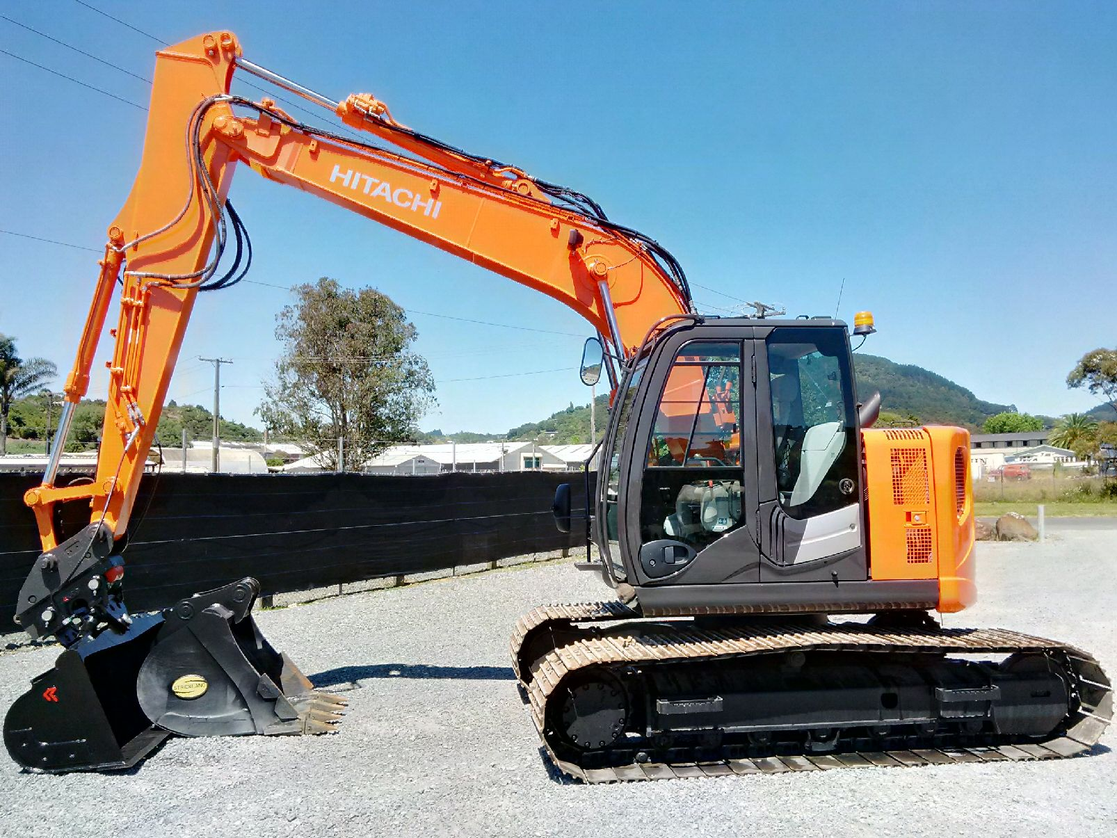 Hitachi ZX135US-5B, fitted with Hyd Hitch & Robur 2m-wide tilt bucket