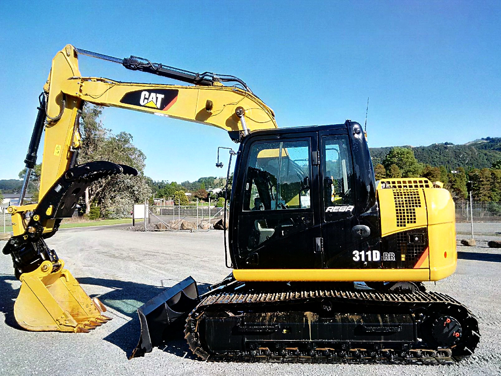 2013 CAT 311DRR fitted with Doherty Powerclamp & Snaplock+Tilt hitch