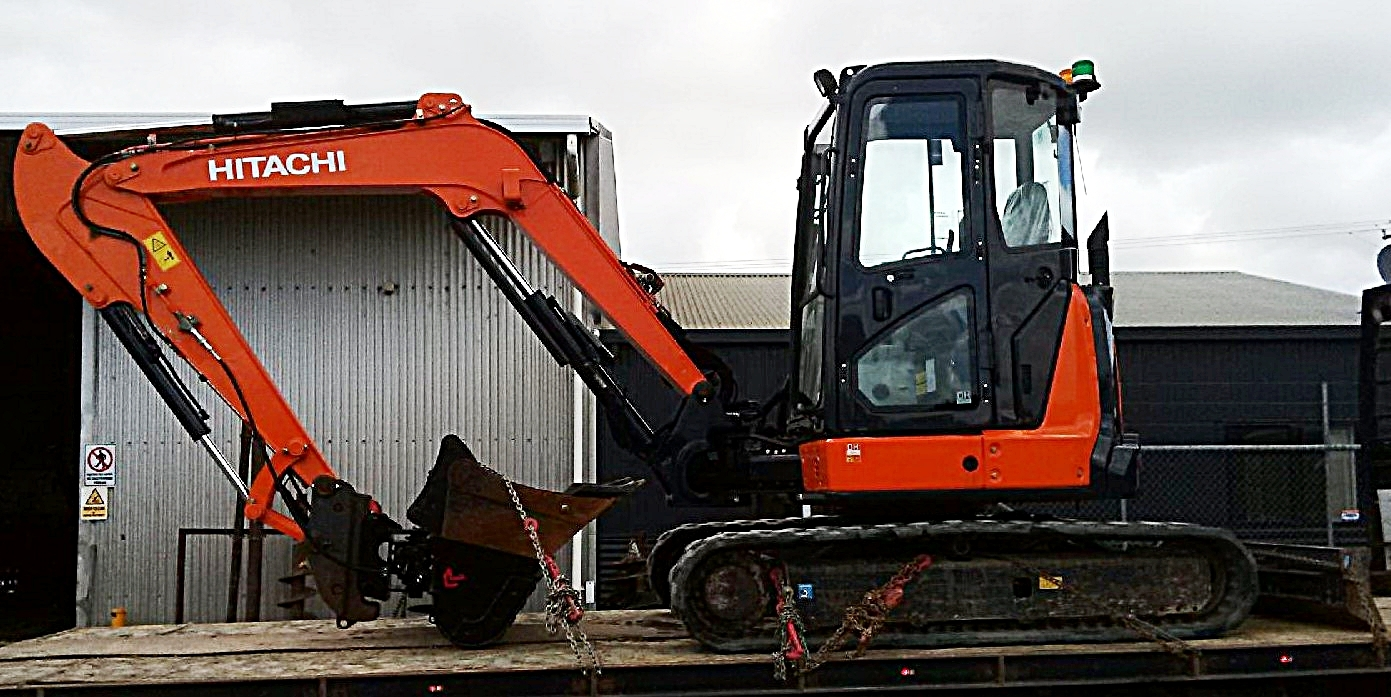 2014 ZX55U-5A excavator fitted with hyd hitch & Robur tilt bucket