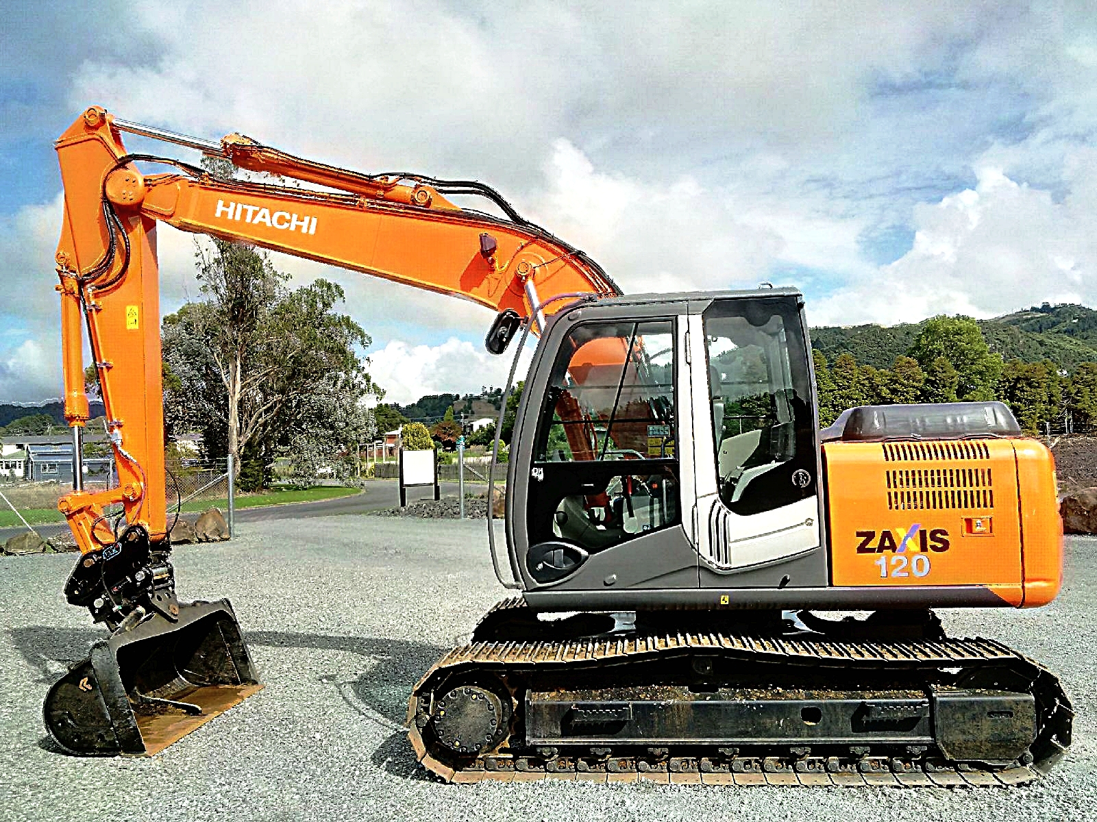 2011 Hitachi ZX120-3 fitted with hyd hitch & Robur tilt bucket
