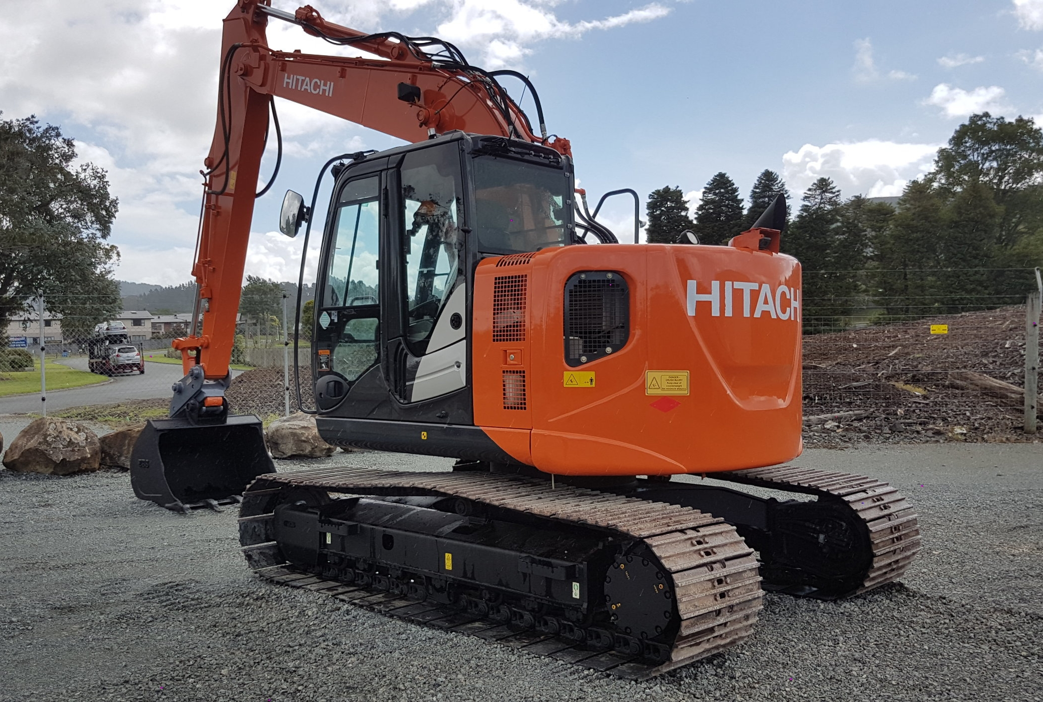 2014 Hitachi ZX135US-5B fitted with hyd hitch & rock bucket
