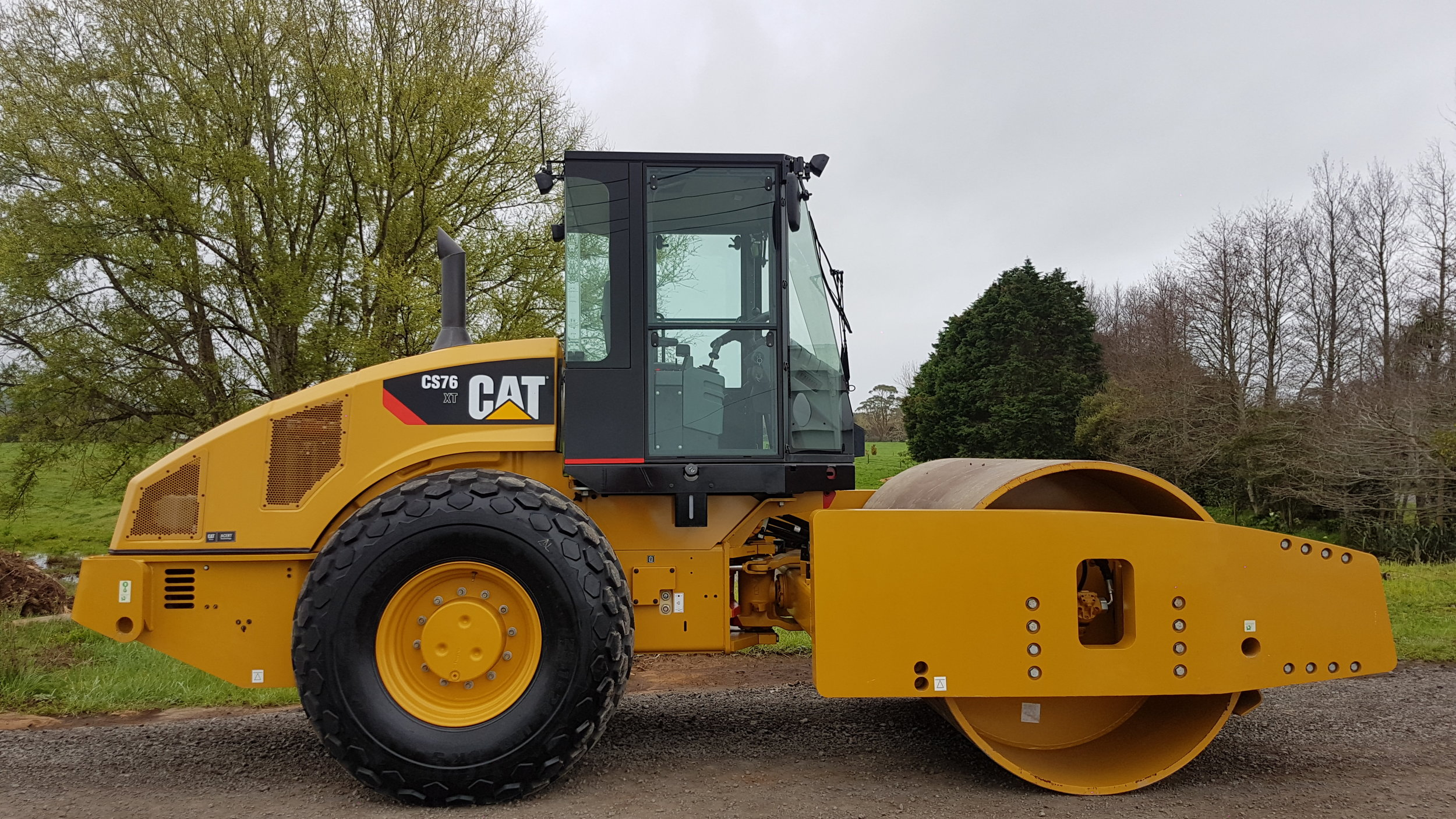 Unused CAT CS76XT smooth drum roller - only 5 hours!