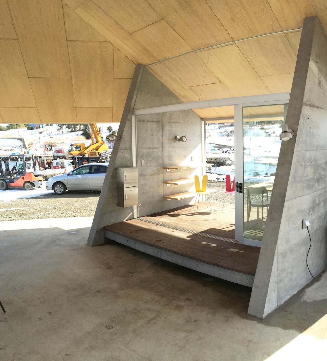 天気の良い日には建具を開けて外と連続して開放的に使えるようになっている.jpg