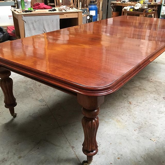 Mahogany dining table. I have cleaned the top and Revived the existing polish. Finished off with a paste wax. . .  #woodcarving #carving  #finefurniture #chair #furnituremaker #chairmaking #woodworking #handmade #diningtable #furniturerestoration #antiquerestoration #frenchpolishing #shellac #workshops #reproductionfurniture #kyneton #macedonranges