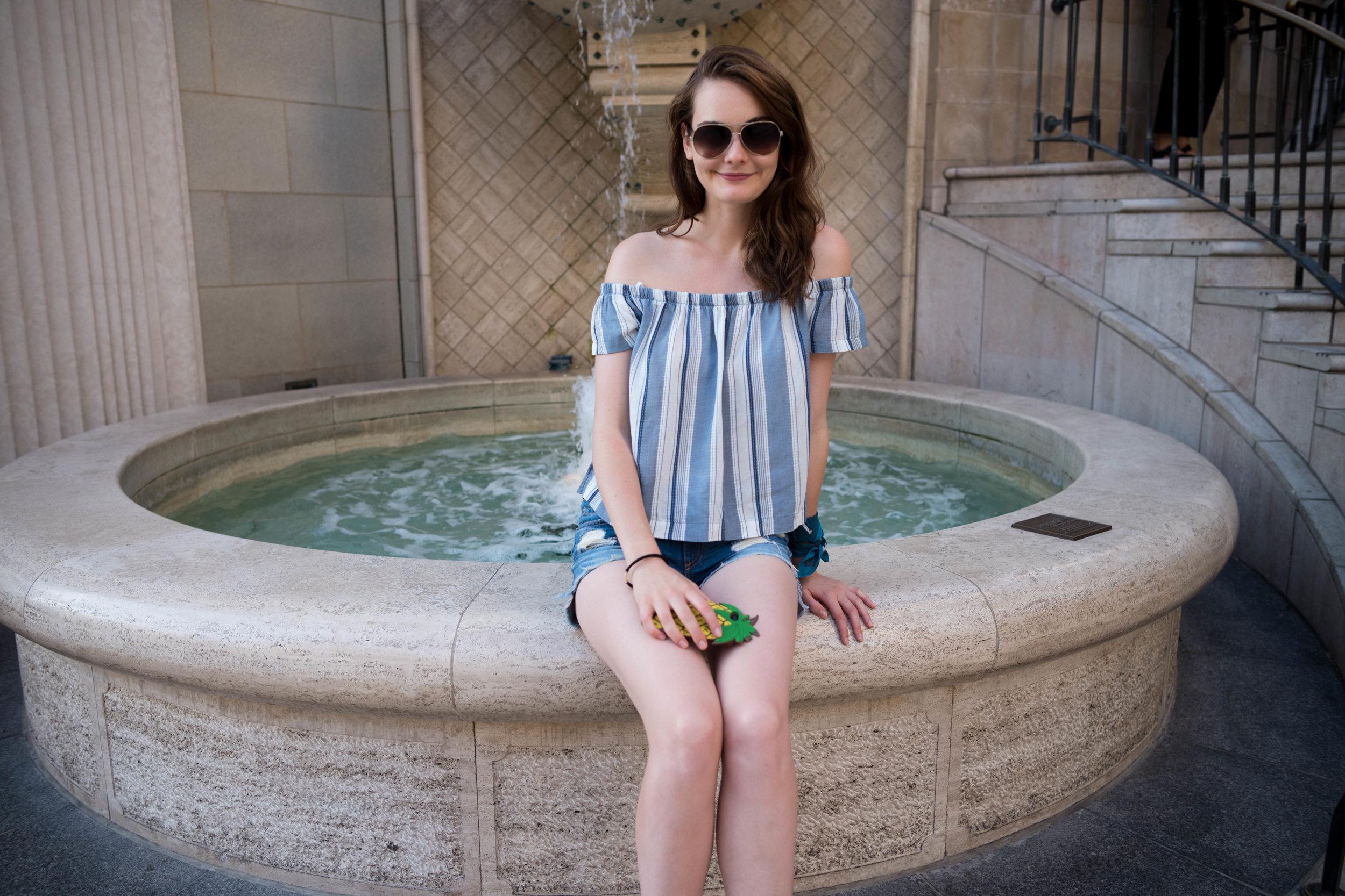 On a fountain at Via Rodeo. Leica 28mm f/1.4 Summilux ASPH