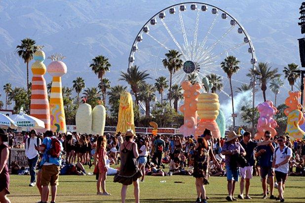 Coachella-Saturday-Pics-_0021_Coachella-crowd-daytime.jpg