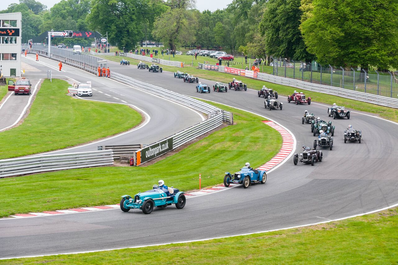 Mann in the Alfa Monza leads the field through Old Hall, followed by Kneller and Jo Blakeney-Edwards:  Peter McFadyen