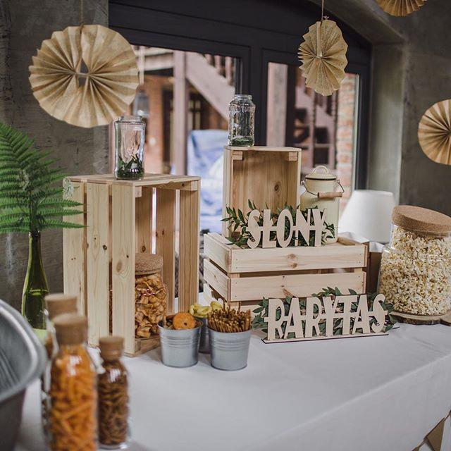 Mój ulubieniec zeszłego sezonu, czyli słony rarytas! Mocny konkurent słodkiego stołu i raj na ślubie dla wszystkich pożeraczy popcornu jak ja 😂🍿 P.S. Wirtualne uściski z Hanoi, zamiast popcornu obżeram się sajgonkami 🥢 . . .  #slubbezbez #slub2018 #slubnedekoracje #slubwplenerze #fotografslubnytrojmiasto #fotografslubnybialystok #subtelnie #fotografiaslubnanaturalna