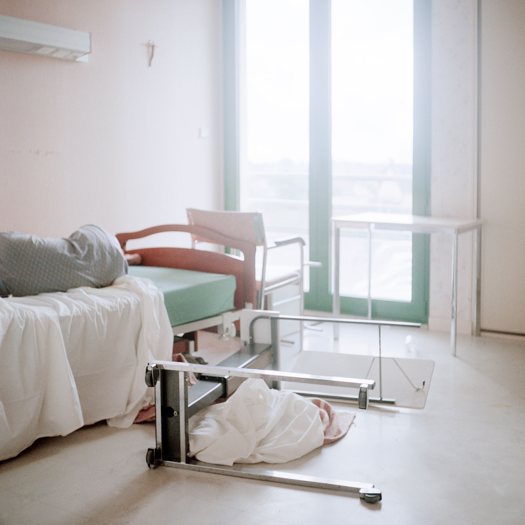 Seven A.M. in a resident's room after a long night in the ward. Alzheimer's disease can cause behaviour difficulties such as aggressiveness, eating disorders, increased anxiety or depressive tendencies.