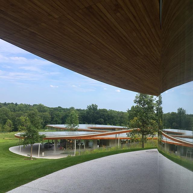 #curves 〰️ Open to anyone (with access to a car) this amazing #RiverBuilding by #SANAA is really elegantly designed and constructed. Lots of thoughtful details all around. The same can't be said about the interiors, but all in all, a great kid friendly reason to venture up to New Canaan.
