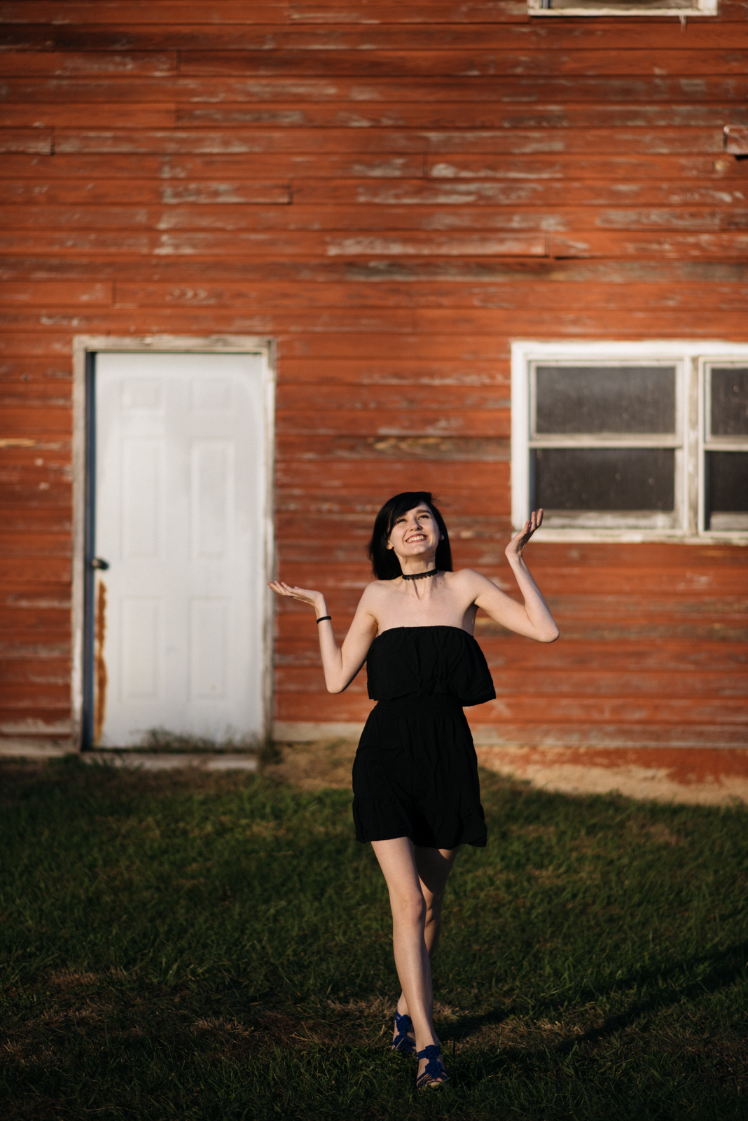 senior portraits in front of barn