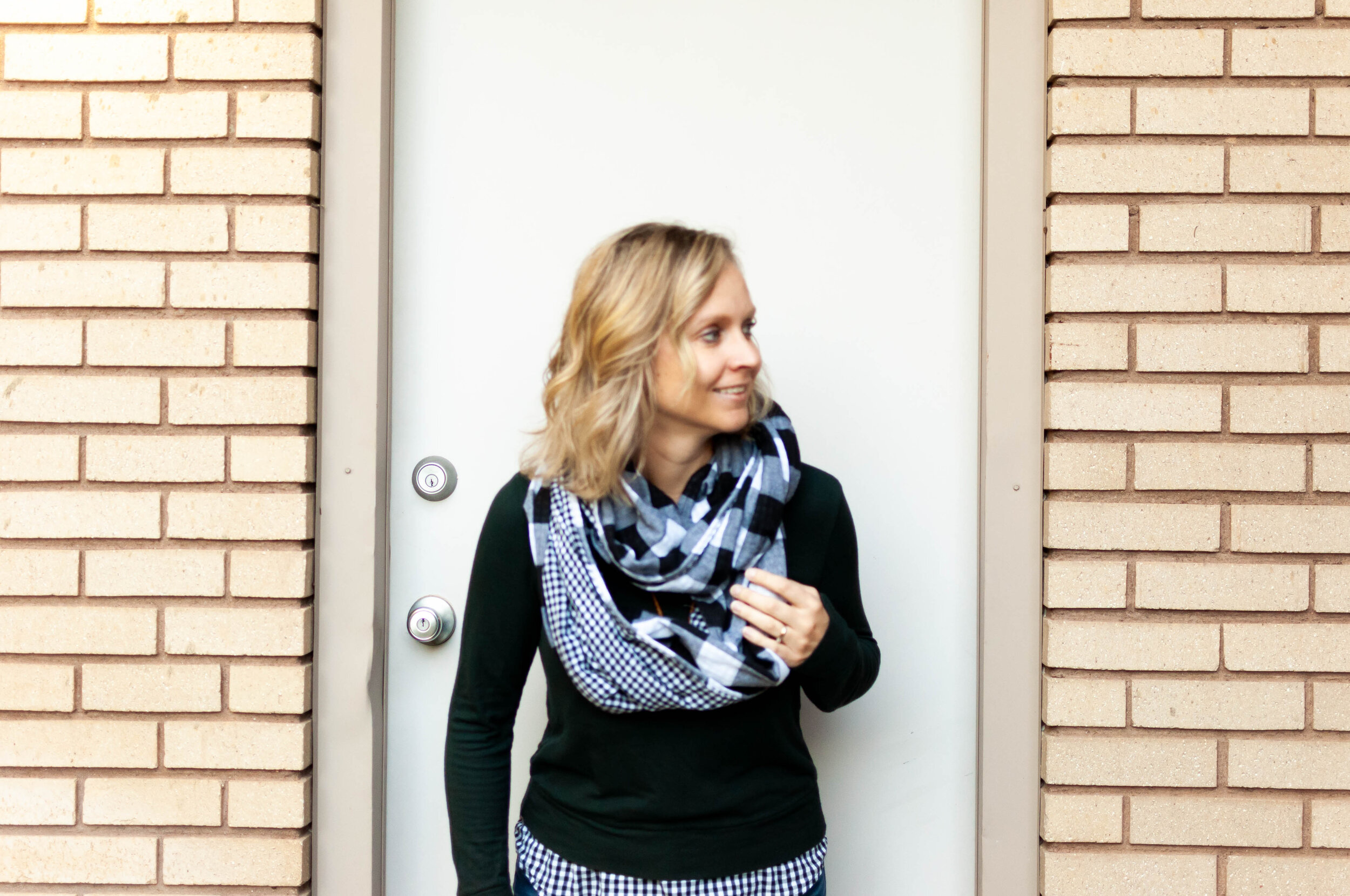 Click over to learn to make an easy DIY infinity scarf! || PIn Cut Sew Studio #infinityscarf #diyscarf #circlescarft