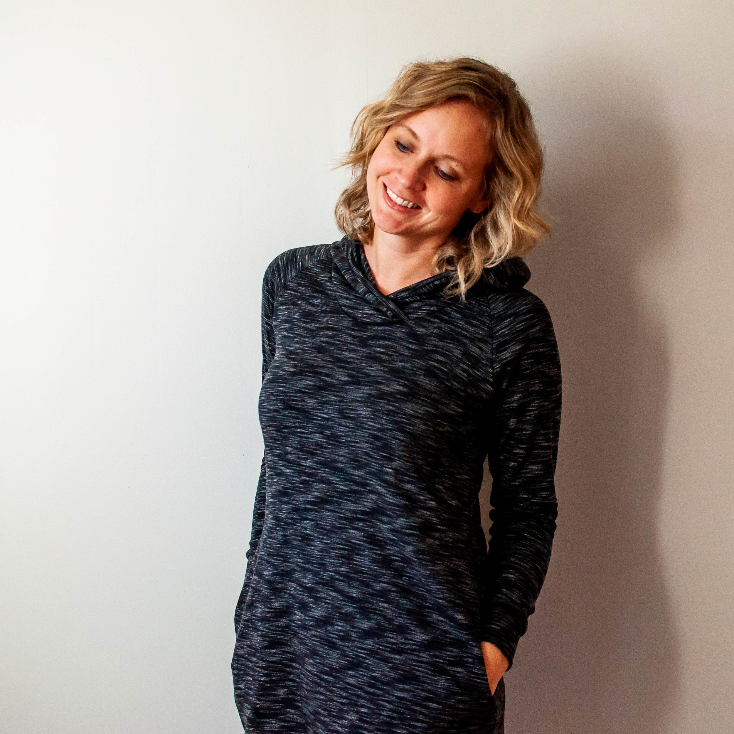 I sewed an athleisure sweatshirt hoodie dress with Simpiicity 8790! Click over for the details. || PIn Cut Sew Studio #simplicitypattern #athleisuresewing