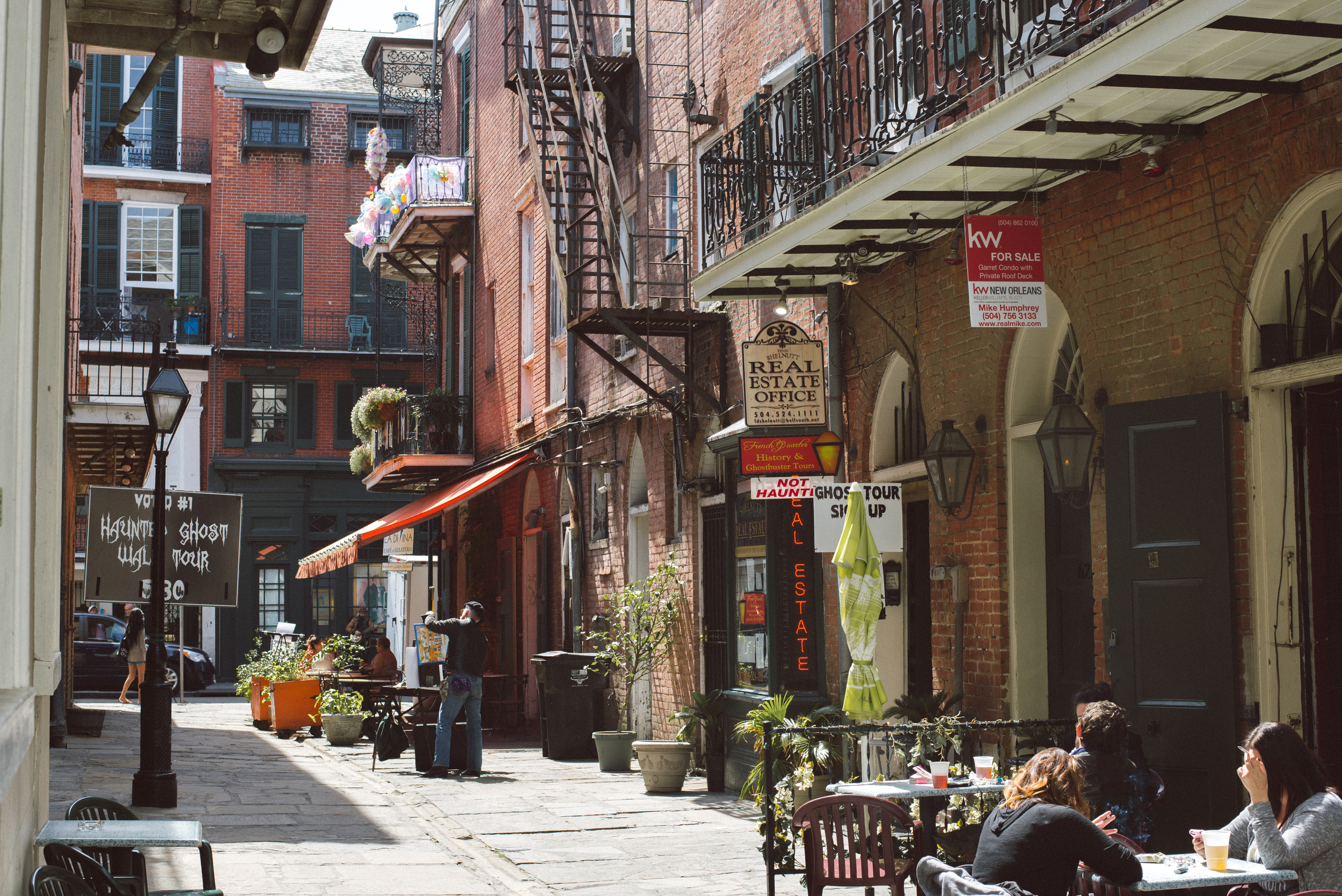new-orleans-street-day